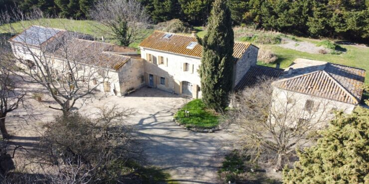 Mas Provençal avec dépendances.
